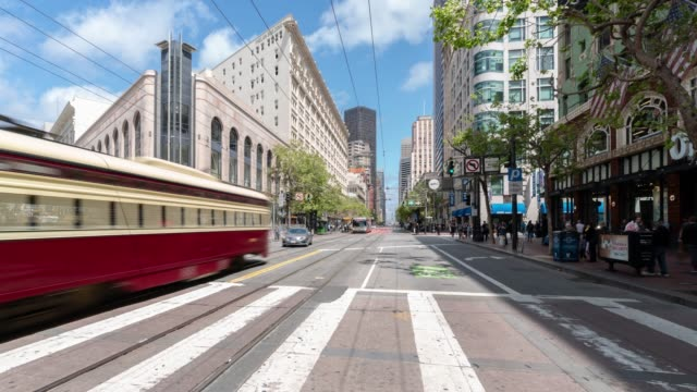 stockvideo's en b-roll-footage met time-lapse menigte voetgangers toeristische en kabelbaan op market street in san francisco californië usa - san francisco california
