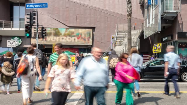 vídeos de stock e filmes b-roll de time-lapse crowd pedestrians tourist at hollywood in los angeles california usa - bulevar
