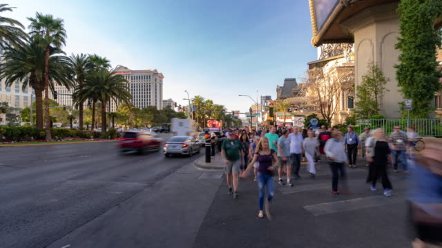 vídeos de stock e filmes b-roll de time-lapse crowd pedestrians tourist at las vegas strip boulevard in las vegas nevada usa - bulevar