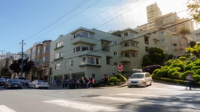 ロンバード通りロシアの丘、サンフランシスコ カリフォルニア州アメリカ合衆国でコマ撮りの群集歩行者観光 - サンフランシスコ ロンバード通り点の映像素材/bロール