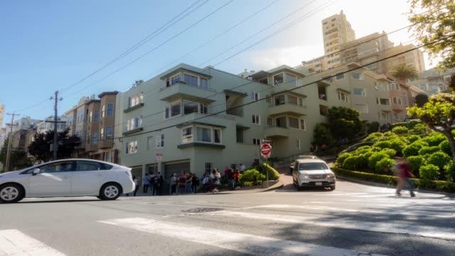 vidéos et rushes de time-lapse touristique foule piétons à lombard street russe colline san francisco californie usa - se garer