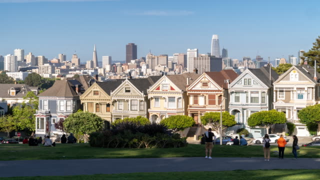 time-lapse crowd pedestrians tourist at painted ladies alamo square san francisco california usa - baia di san francisco video stock e b–roll