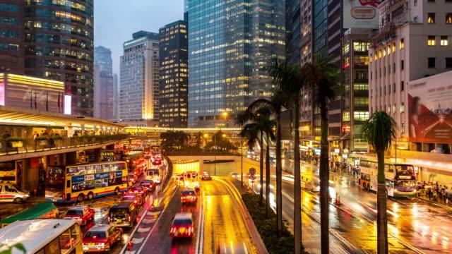vídeos de stock, filmes e b-roll de lapso de tempo: fundo aglomerado e do transporte no centro de hong kong central no tempo do por do sol - destino turístico