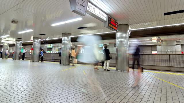 vídeos de stock, filmes e b-roll de definição de intervalo de tempo: lotado estação de metrô em osaka, no japão. - estação de metrô