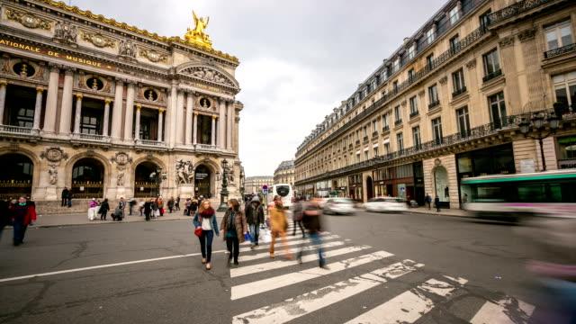 time-laps'in HD:  Affollata di pedoni in Teatro dell'Opera di Parigi