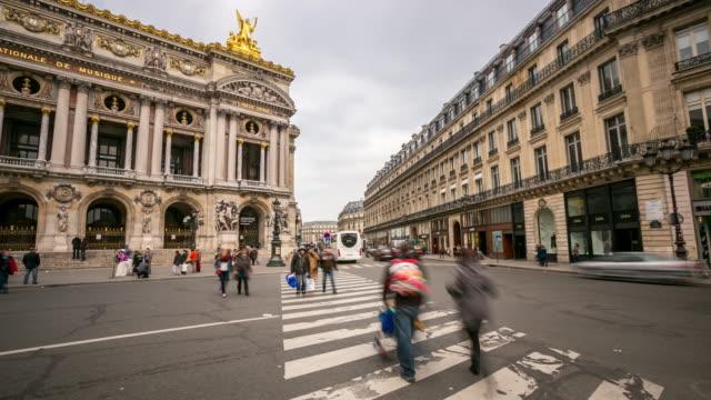 4 k zeitraffer : beengt fußgängerzone im pariser oper - berühmtheit stock-videos und b-roll-filmmaterial