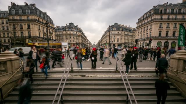vídeos de stock, filmes e b-roll de time-lapse: cheio de peões na ópera de paris - teatro de ópera