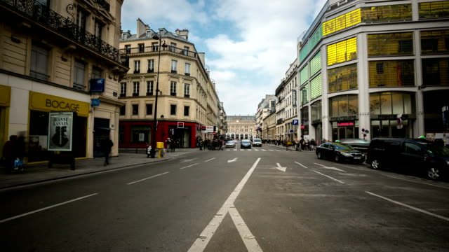 time-laps'in hd:  affollata di pedoni haussmann boulevard opera lafayette a parigi - boulevard video stock e b–roll