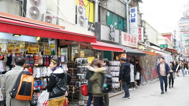 , le temps qui passe-foule de gens à Marché de Hongdae Street, la ville de Séoul