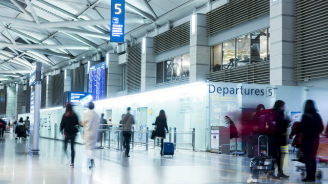 time-lapse: affollata persone presso l'aeroporto di incheon, città di seul, corea - addetto all'accettazione video stock e b–roll