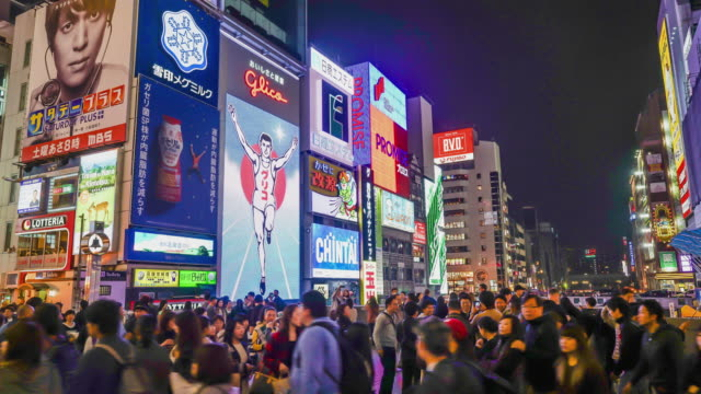 タイムラプスは大阪難波ストリート マーケットで人々 を混雑