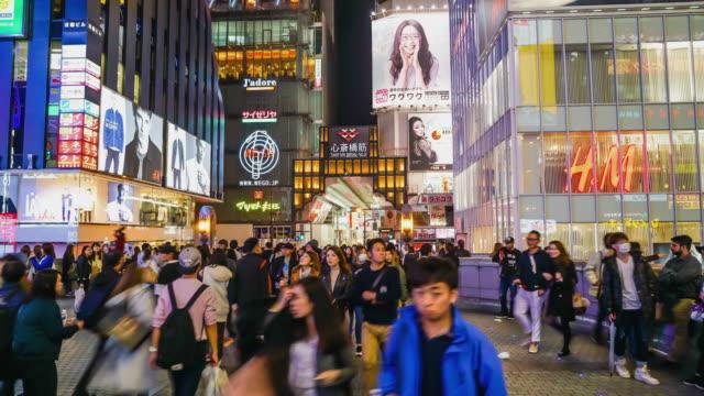 time-lapse drukke mensen bij osaka street avondmarkt in Japan