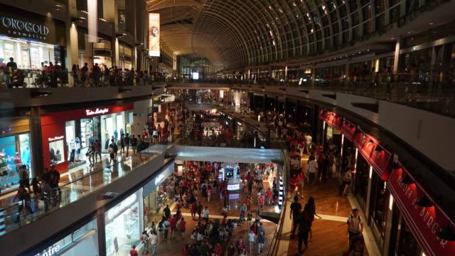 Time-lapse drukke mensen in winkelcentrum in singapore