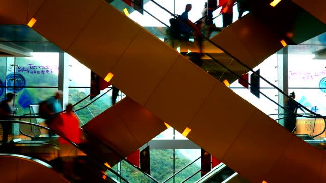 Timelapse: Beengt Personen auf Rolltreppe im Einkaufszentrum