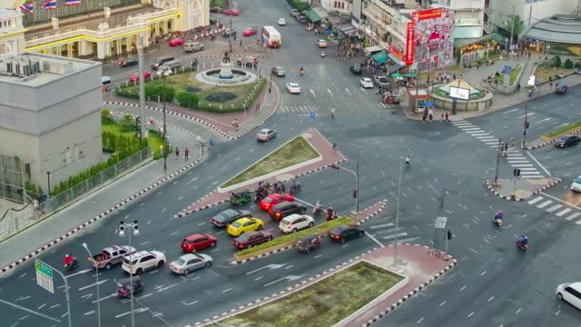 コマ撮りの昼と夜ダウンタウンのスカイラインとバンコク中央駅 - 列車の車両点の映像素材/bロール