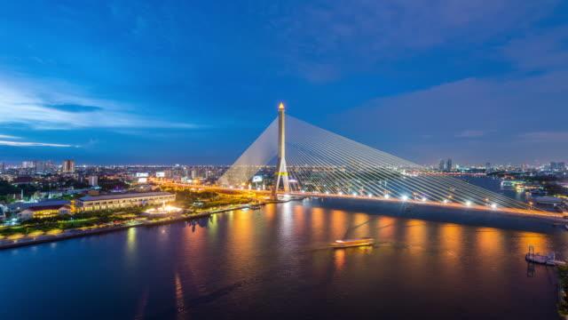 vídeos de stock, filmes e b-roll de 4 k lapso de tempo do dia para a noite : bangkok rama viii ponte atravessa o rio chao phraya - número 8