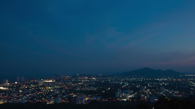 タイムラプス昼夜から: 都市景観と山。 - 丘点の映像素材/bロール