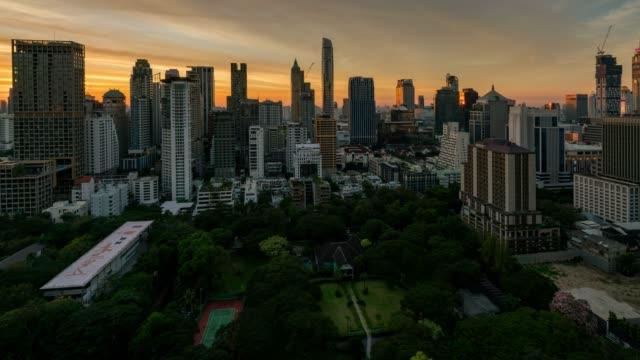zeitraffer-tag und nacht skyline bangkoks und wolkenkratzer mit sonnenuntergang himmel auf sukhumvit straße zentrum des geschäfts in der innenstadt bangkok stadt von thailand. - bangkok stock-videos und b-roll-filmmaterial
