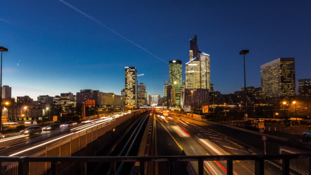 vídeos de stock e filmes b-roll de 4k timelapse day to night of la defense paris's financial and business district in supreme quality (4k/uhd to hd) - creative stock video - long exposure