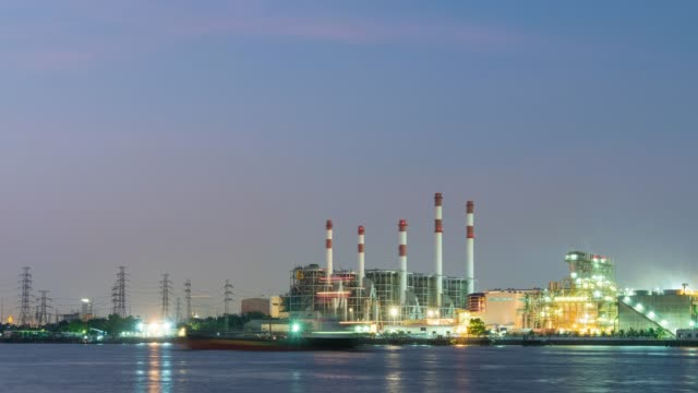 夜に 4 k 撮影日: 発電所。 - 発電所点の映像素材/bロール