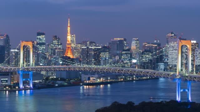 4k time-lapse day to night rainbow bridge and skyline, tokyo, japan - 昼から夜点の映像素材/bロール