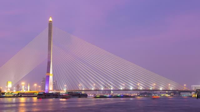 4 K Zeitraffer von Tag zu Nacht : Rama-VIII-Brücke in Bangkok Stadt.
