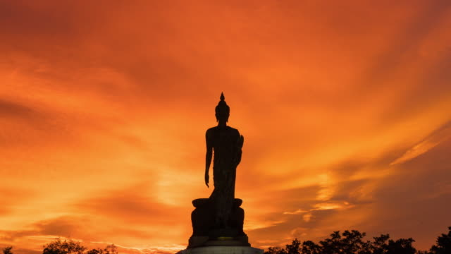 vídeos de stock e filmes b-roll de 4k timelapse day to night: silhouette buddha in sunset. - buda