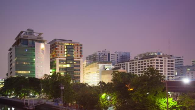 4 K Timelapse jour comme de nuit : Hôpital Siriraj bâtiment de la ville de Bangkok.