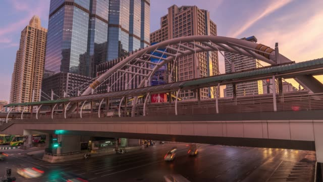 timelapse day to night sky bridge and road traffic at chong nonsi, sathorn in bangkok, thailand - arco architettura video stock e b–roll