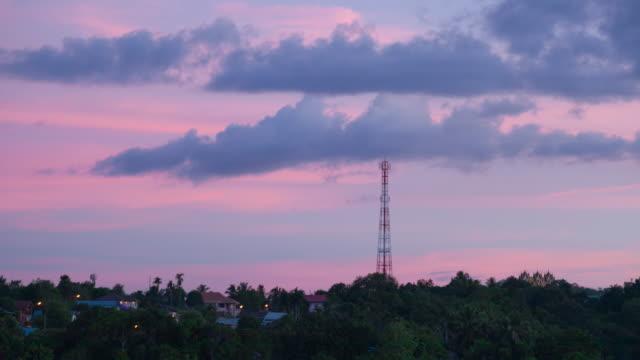 4K Time-lapse dag naar nacht: telecommunicatie torens