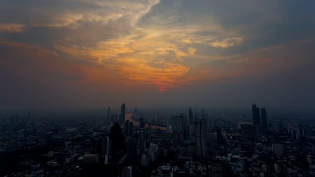 vídeos y material grabado en eventos de stock de timelapse día a la noche vista de noche de la ciudad de bangkok con polvo supera el valor standard de pm2.5 - calle urbana