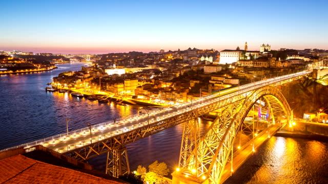 """vídeos de stock, filmes e b-roll de hd """": dom luiz ponte do porto para a cidade de portugal, ao anoitecer - porto distrito"""