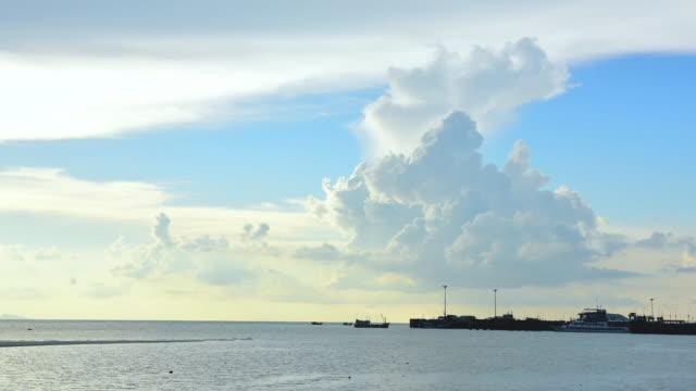 サムイ桟橋のタイムラプス劇的な空の背景と美しい海の夕日タイ - 不在点の映像素材/bロール