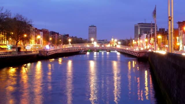 Timelapse: Dublin Ha'penny Bridge zooming in