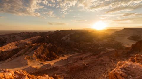 timelapse during sunset at valle della luna in atacama desert, chile - sunset stock-videos und b-roll-filmmaterial