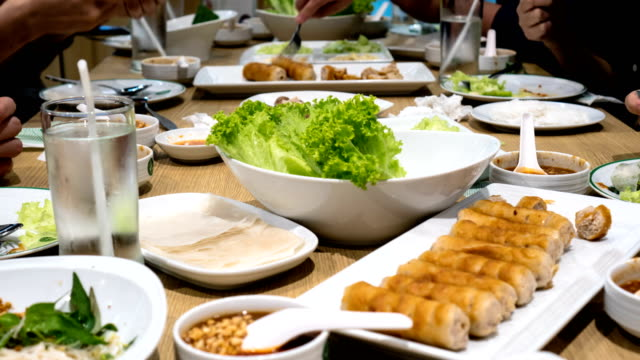 vídeos de stock, filmes e b-roll de 4k timelapse - comer comida vietnamita - comida salgada