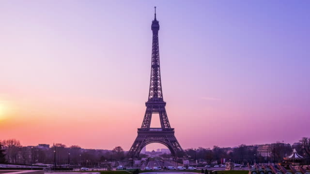 time-lapse eiffel tower and fountain at jardins du trocadero at sunrise, paris, france - eiffel tower paris stock videos & royalty-free footage
