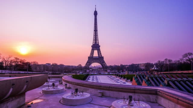 Time-lapse Eiffel Tower and fountain at Jardins du Trocadero at sunrise, Paris, France