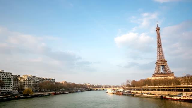 stockvideo's en b-roll-footage met hd timelapse: eiffel tower paris along river seine, france - seine