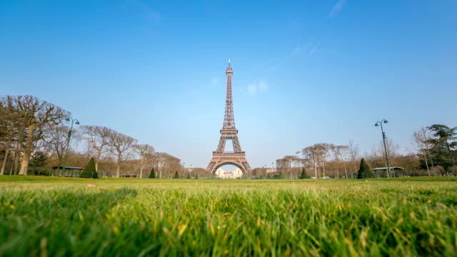 hd timelapse: eiffel tower paris in the garden dawn - eiffel tower stock videos & royalty-free footage