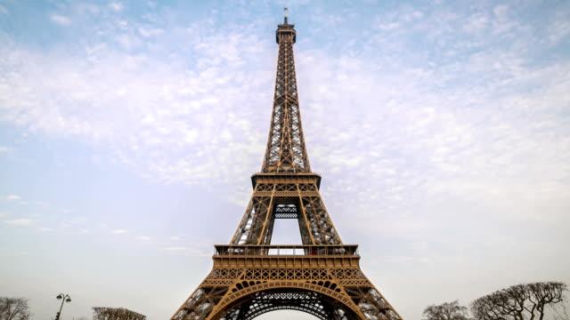 stockvideo's en b-roll-footage met hd timelapse: eiffel tower paris sunrise in the garden - kapiteel