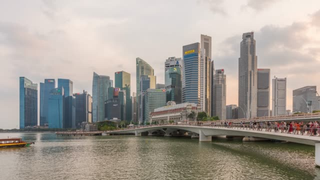 timelapse: esplanade bridge und downtown skyscrapers in der marina bay of singapore - jachthafen stock-videos und b-roll-filmmaterial