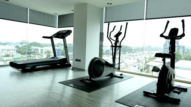 stockvideo's en b-roll-footage met time-lapse: sportzaal op luchtfoto - fitnessapparatuur