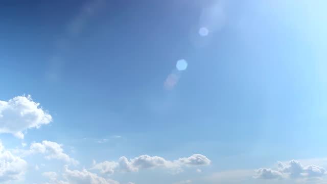 vídeos de stock e filmes b-roll de timelapse: fast moving fluffy clouds over blue sky in a sunny summer day - suavidade