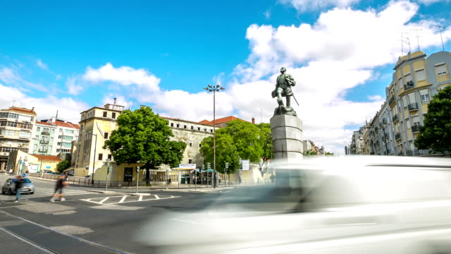 hd-zeitraffer: ferdinand magellan-statue in lissabon, portugal - monumente stock-videos und b-roll-filmmaterial