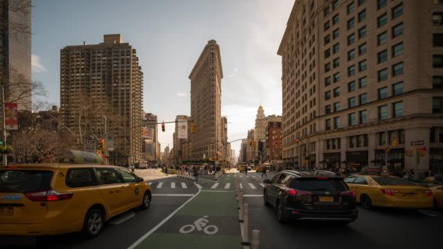 stockvideo's en b-roll-footage met time-lapse: flatiron gebied madison square garden op broadway en fifth avenue in new york city verenigde staten - hd format