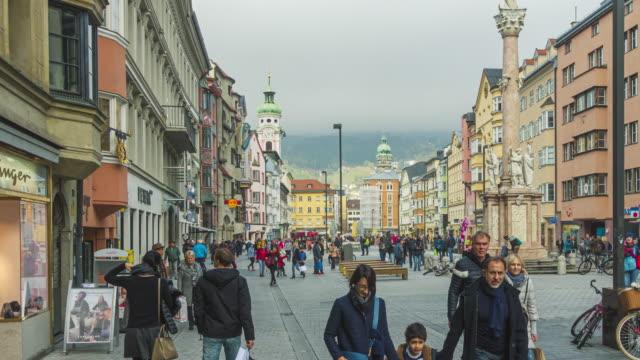 timelapse bilder av människor turist gå i center square i innbruck österrike - österrikisk kultur bildbanksvideor och videomaterial från bakom kulisserna