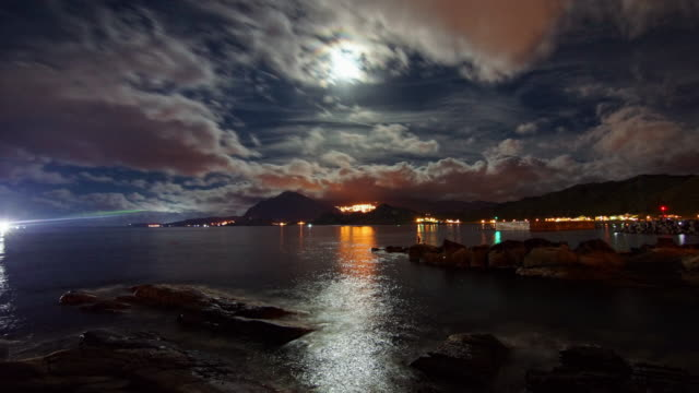 timelapse footage of the full moon rising through clouds over mountain and sea. - 九份点の映像素材/bロール