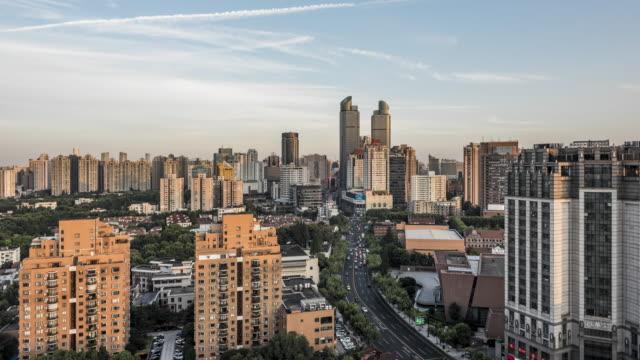 4k timelapse footage : shanghai skyline at sunset - zeitraffer tag bis nacht stock-videos und b-roll-filmmaterial