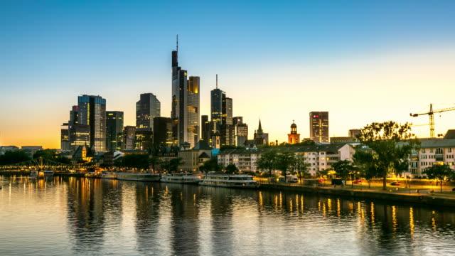 4 K Zeitraffer: Skyline von Frankfurt am main in der Abenddämmerung